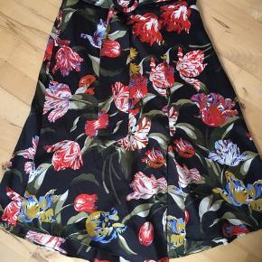 Super fin midinederdel med blomsterprint samt slids og bælte fra Zara. Printet er i farver såsom kaki, rød, grøn, blå, gul og sort. Snittet er a-formet og stoffet er let skinnende. Slidsen giver kig til knæet. Str. S. Kom med et bud. NP: 450kr.  Varen befinder sig i 9520 Skørping. Sender med DAO.  Se også min øvrige annoncer. Jeg sælger tøj, sko og accessories. Pt er min shop fuld af vintagekup, high street fund og mærkevarer i mange forskellige str. Kig forbi og spøg endelig!!
