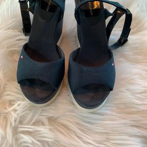 Tommy Hilfiger plateau sandaler 12 cm i mørk blå, Brugt et par gange. Er som nye.