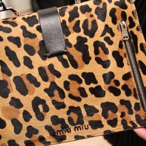 Miu Miu håndtaske - cross-body rem medfølger også. Super cool med mange finde detaljer.