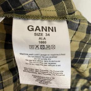 Jeg overvejer at sælge denne fine kjole fra Ganni ☘️ Kjolen er brugt få gange, men der er desværre kommet et lille hul nederst (se billede 3). Man ser dog ikke hullet, når kjolen er på. Det er en størrelse 34, men jeg synes, at den er stor i størrelsen.
