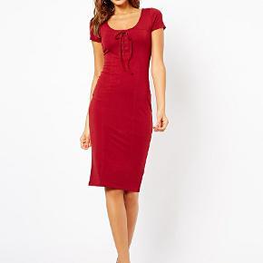 Fineste kjole fra ASOS. Desværre købt lidt for lille til mig. Der står UK 8 - kjolen svarer til en XS/34. Jeg sætter gerne billeder af min egen kjole, hvis du er interesseret (den ligger bare i en flyttekasse) :-)  Sjal afhentes i 2920 Charlottenlund eller sendes via TS-Handel