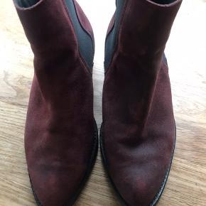 Lækkert ruskind støvler med elastik i siderne .
