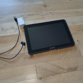 Samsung tablet. Uden sim kort. Virker fint og super brugervenlig. Oplader og cover medfølger 😊 Tænker mp 600kr