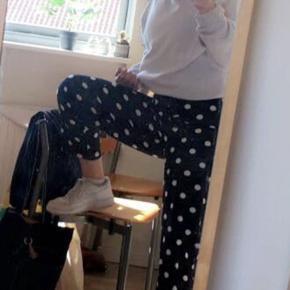 SØGER!  Hej piger<3 Jeg søger et par hvide bukser i størrelse Xs-S, så send gerne nogle billeder i chatten hvis i har nogle<3