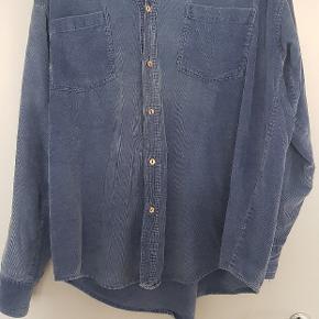 Fed fløjsskjorte, vintage og forholdsvis slidt.