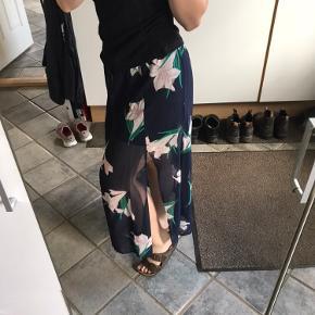 Flot nederdel fra Envii - Brugt én gang, inden skader, står som ny Byd gerne