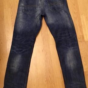 Pull And Bear Jeans, Næsten som ny. Nordvest - Pull&Bear Dark blue Bootcut Jeans, 100% Cotton, Passede mig da jeg var str 28 men de mærket str. w30 - jeg tror de er L33 men se mål for neden Jeg har haft disse på en gang og de er vasket to gange. De er næsten om ny. NYPRIS: 550k Mål Talje 2x37cm Rise: 30 Indre ben: 88cm Fuld længde: 106cm Benåbning: 18cm Se mine andre t shirts og jeans / cowboybukser. Pull And Bear Jeans, Nordvest. Næsten som ny, Brugt og vasket et par gange men uden mærker eller skader