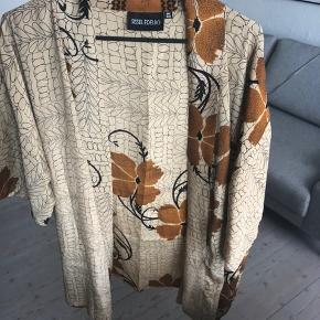 Smuk kimono fra Sissel Edelbo sælges da jeg ikke får den brugt. Der er en lille plet, men det synes jeg ikke er noget man ser, når der er så meget andet mønster - prisen er derefter.  Jeg sender gerne - mp er 300 kr. inkl.