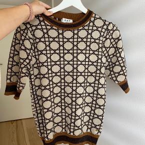Smukkeste bluse fra DAY med glimmer. Helt ny, aldrig brug, str. 36