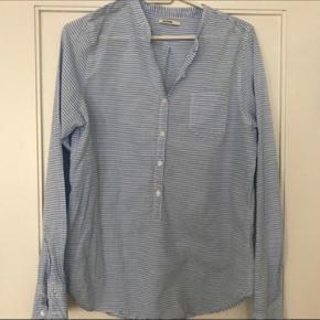 Smuk skjorte i str 40, men fitter 36/38.  150 inkl fragt❤️