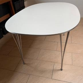 Flot og velholdt spisebord, mærket Piet Hein & Bruno Mathsson. Få brugsspor.