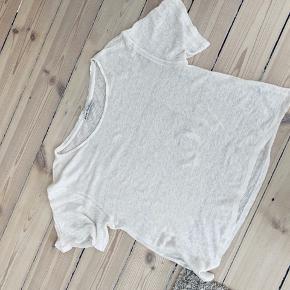 Super lækker hør tshirt fra Acne. Meget løst fit så den passer også small og medium.  Standen er sat ud fra den lille plet forneden. Se billede. Pris sat derefter :-)