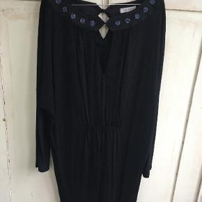 Smuk sort kjole fra Margit Brandt-brugt een gang. Mærket er klippet af, så jeg kender ikke materialet. Det er en str L og fra ærmegab til ærmegab måler den: 2x66 cm, længde: 84 cm. BYTTER IKKE. Sælges for 500 kr. Se også mine andre annoncer!!!