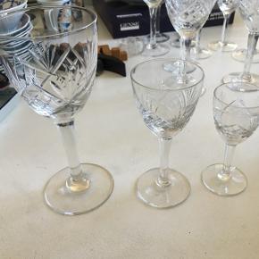 Krystallignende glas sælges.   10 stk. af både vinglas og dessertvinglas, 14 stk. af snapseglassene.   Ingen fejl på dem.  Sælges samlet for 1500,-