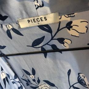 Jeg sælger denne fine kimono fra pieces da jeg ikke får den brugt mere og den kun er brugt et par gange.  Mp 60kr