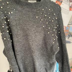 Pieces perle sweater! Brugt et par gange, derfor mangler nogen af perlerne! Str s, kan sagtens passes af en M! 60kr eller byd!