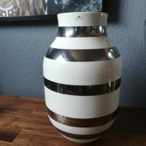 Mellem størrelse kähler vase i sølv. Står som ny. Kassen til vasen haves. Byd