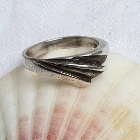 Fin retro ring i ægte sterling sølv. Stemplet 925 og HS for Hermann Siersbøl. Indre diameter 17,7 mm, svarende til str. 56. Fast pris.  👉 Tryk på mit profilbillede for at finde flere smykker med beskrivelser og priser 🍀