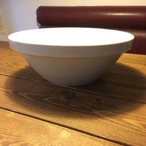 Stort dejfad - kan også bruges som fx stor salatskål til sommerfesten ☀️ 34 cm i diameter.  Tung porcelæn.  Ingen afslag / skår.