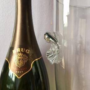 32.  Champagnekøler/glas boule. H: 25cm Ø: 19,5cm 22cm med håndtag. 1210g tung og stabil så ingen fare for væltning. Tykt stærkt glas 3,8mm uden defekt/skår. Flot stand. Kan bruges dekorativ som blomstervase.  Flasken følger IKKE med. 199kr.   En flot, dekorativ & praktisk måde at opbevare & holde sin mousserende vin, cava, spiritus, sodavand & rose vine kolde på en elegant måde.   Perfekt til alle store fester/begivenheder som et festligt indslag: nytår, fødselsdage, dimission, studenterfest, svendegilde, bryllup, konfirmation, fernisering, reception, åbningsevent, gallapremiere & romantiske hyggeaften/middage med kæresten.  Gaven til ham/hende som har alt.   Fra røgfri, børnefri & dyrefri hjem. Flasker følger IKKE med. Flot stand uden fejl/defekter! Se mine andre salgsvarer/annoncer, Champagne op til 15 L, champagnesabler, vinglas & Champagnekølere. Kan skaffe andre typer, så spørg om det.