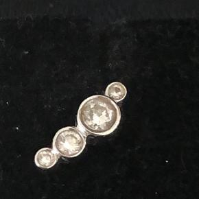 Speciallavede ørestikker i hvidguld med ialt 8 brillanter - 0,24 carat Ikke brugt ret meget  Lavet hos Dirks Design  Har certifikat og kvittering