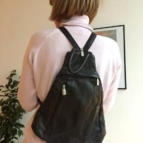 Sort læder rygsæk. Perfekt til rejser.