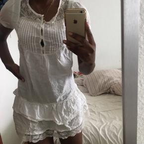 Sælger den her fine kjole, da dsv er blevet for lille til mig:( Kan ikke huske nyprisen