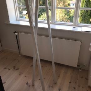 Hay loop Stand Hall i hvid med brugsspor fra bøjler. Sælges derfor billigt 😊