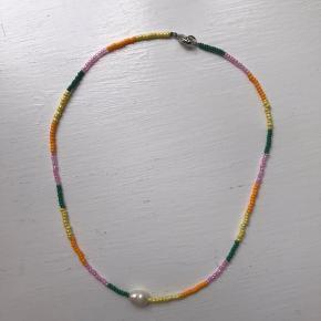 Farverig håndlavet halskæde med ægte ferskvandsperle. ✨  Følg @yangster_beads på Instagram for nye updates samt designs.   #trendsalesfund  Afhentning: Nørrebro Forsendelse: DAO eller Post Nord