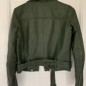 Sælger denne lækre meotine læderjakke i flaskegrøn Næsten aldrig brugt - ingen slid  Byd gerne