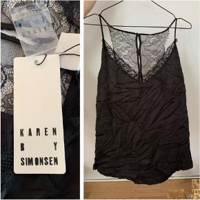 Smuk Karen by Simonsen Memory strap top str 44 i sort med blonder. Helt ny!  Købspris 400 kr Sælges for 150 kr
