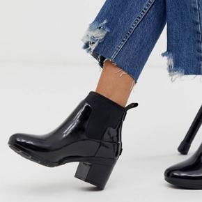 """Lækre, korte gummistøvler fra Hunter. Kun brugt én gang og fremstår derfor som næsten nye.  De har lidt """"ridse"""" mærker på indersiden - se billede 3.  Original æske medfølger."""