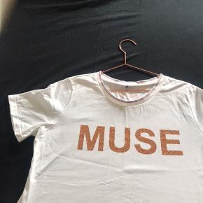 T-shirt med tryk - aldrig brugt.