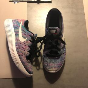 Nike lunarepic str. 36,5 i regnbuens farver u lækker og blød strik.  Kun brugt indenfor 10-12 gange Nypris 900 kr Bytter ikke