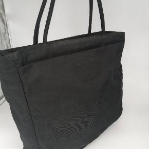 Prada skuldertaske   Farve : sort  Stand : slidt, se billeder, fin indeni, brugbar  Tilbehør : intet originalt tilbehør