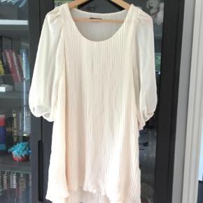 Brand: TNFC London Varetype: Andet Farve: Hvid Prisen angivet er inklusiv forsendelse.  Meget smuk plisseret kjole..