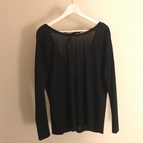 BYD Brugt 1-2 gange  Sort plisseret bluse med v-udskæring i ryggen