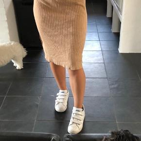 Sælger min nye nederdel fra gina tricot, da den er en størrelse for stor.  Np: 199kr Mp: 75 kr SOLGT