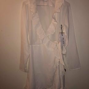 Hej! Jeg sælger denne helt nye og ubrugte kjole fra NAKD. Det er en størrelse Small. Der er en underkjole i kjolen, som gør man ikke kan se igennem den. Den har stadig sit mærke på. Den har en nypris på 250kr Jeg sælger den til 120kr. Hvis du har nogle spørgsmål til kjolen så spørg løs.  Tjek gerne mine andre annoncer ud for en masse billige ting!