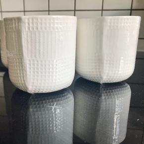 Normann Copenhagen porcelæn krus i hvid. Kan også bruges som små elegante vaser/potteskjulere eller til opbevaring af nips.  4stk. Sælges samlet eller seperat.  Byd!   Skal af med alle mine annoncer.