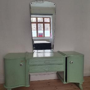 Lækkert makeupbord - lysgrønt - brugt, men i god stand - patina i spejl - 2 skabe - 2 skuffer - ca mål: l 130 x d 42 x h 150 (m/spejl).  Afhentes på Islands Brygge.