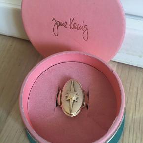 Jane Kønig Shield guld ring Ringen er størrelse 56. Den er brugt få gange.  Ny pris 950kr.