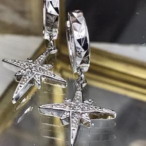 ✨Smukke sterlingsølv (stemplet 925) creoler med smuk nordstjerne med zirkoner. Superfine små creoler som måler 12 x 15 mm. Prisen er for et par ✨