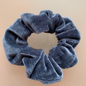 Sød hårelastik i velour blå farve:) brugt et par gange:)