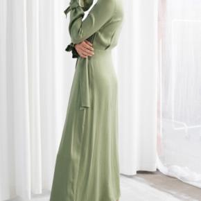 Min smukke & Other Stories kjole er brugt 1 gang, og jeg sælger den, da jeg ikke får den brugt nok.  Kjolen er i en str 36 og standen er som ny.   Np 795,- Mp 450,-   Køber betaler porto - eller kan afhentes på Nørrebro.