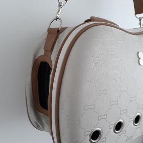 Hundetaske afstivet. Se mærker på foto til sidst. Det er på bagsiden af tasken. Ellers rigtig flot. 48 cm lang. 32 cm høj26 cm dyb