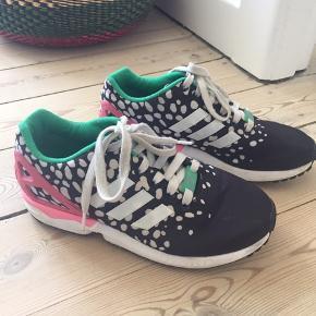 Fine multifarvede sneaks fra Adidas med få brugsspor. Sælges da de er for store til mig. Str. 37,5.