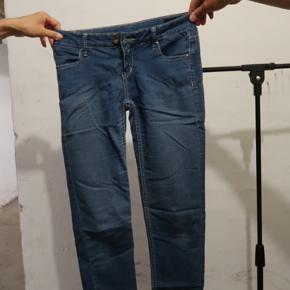 Jeans fra H&MBrugt!Con: 7/10Str. 32Np: 180 kr  Kom endeligt med et bud!Køberen betaler selv for fragt