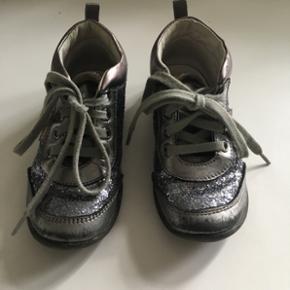Falcotto str.25. Indvendig mål 16,4cm. Rigtig fine sko med den fineste glimmer. Passer til alt. Brugt til et barn.