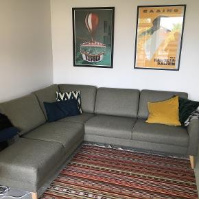 Fantastisk god venstrevendt hjørnesofa med pufafslutning og plads til 3-4 personer. Sofaen er købt i IDEmøbler.  Vi har kun haft sofaen i 8 måneder, hvormed den fremstår uden slitage eller brugsmærker, og den har stået i et ikke-ryger hjem uden kæledyr. Sofaens sælges, da vi flytter til ny lejlighed, hvor den desværre ikke passer ind.  Sofaen er dobbelt imprægneret og er derfor super let at holde. Man sidder rigtig godt i den, og den fungerer godt til flere personer, eller hvis man har lyst til at slænge sig. Ryglænet giver godt støtte til ryggen, og sofaen har en god fasthed i sædet og højden er god.  Sofaen måler: 80 / 227 / 200 cm (højde / længde / bredde)  Nyprisen er 9.999 kr. Giv gerne et bud eller skriv ved spørgsmål.  Sofaen kan afhentes på 1. sal på Amagerbro.